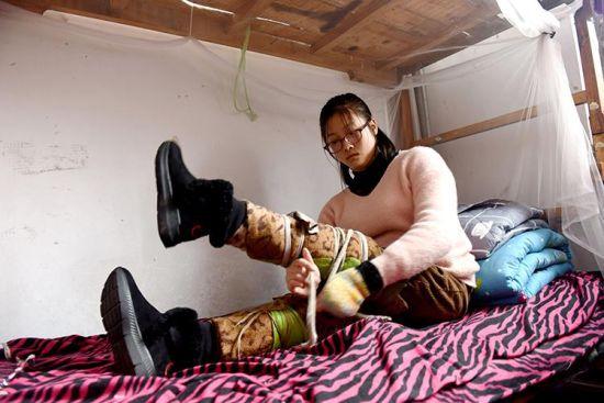 3月12日,李娜在做康复训练前的准备工作。 新华社记者朱旭东摄