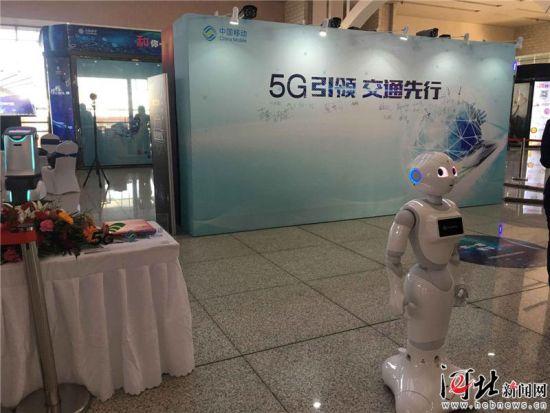 """3月13日,""""5G引领 交通先行""""――中国移动铁路信息化学术研讨会在石家庄举行。图为石家庄火车站中国移动5G智慧车站展台一角。"""