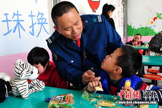 石家庄爱心团体走进筑福智障儿童训练中心慰问智障儿童图片