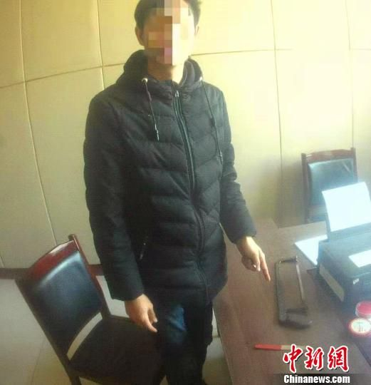 违法人马某在指认截停公交车的工具。邢台县公安局供图