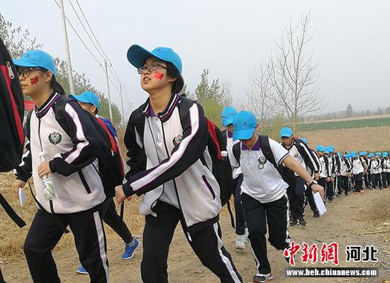 远足的学生们。 王鹏 摄