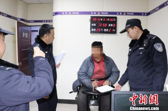 犯罪嫌疑人正在接收警方�{查。警方供�D