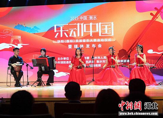大学生民乐队在启动仪式上表演。 崔佳栋 摄