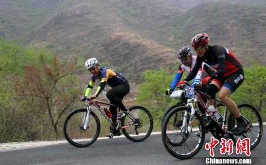选手们在山峦中骑行。 徐巧明 摄