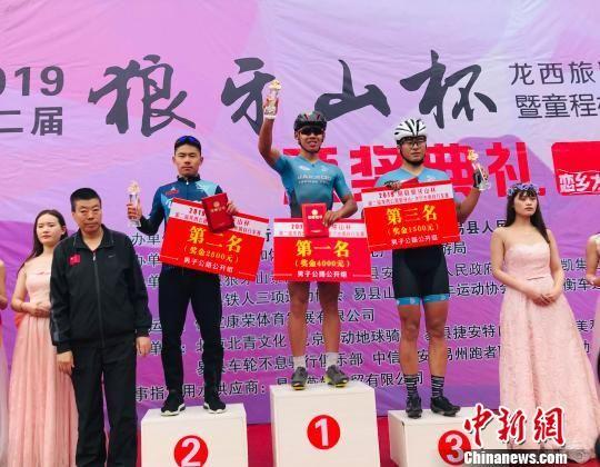 男子公路公开组前三名登上领奖台。 冯英华 摄