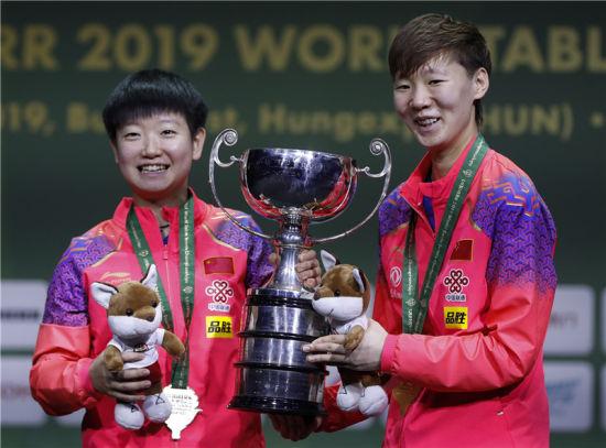 4月28日,王曼昱/孙颖莎(左)在颁奖仪式上。新华社记者 韩 岩摄