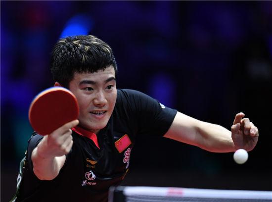 4月26日,梁靖��在比赛中回球。 新华社记者 逯 阳摄