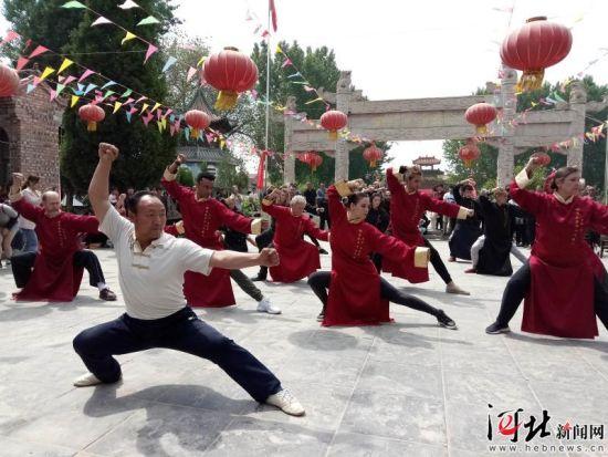 5月7日,梅花拳十四代传人、国家级非遗省级传承人田建文为海外梅花拳弟子传授动作要领。
