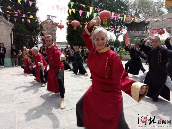 5月7日,前来平乡拜师祭祖的海外梅花拳弟子在演练梅花拳。