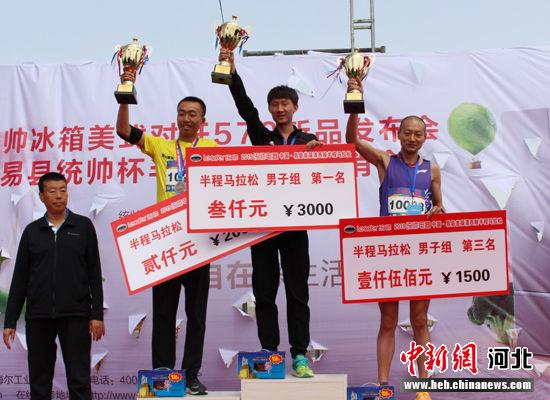 半程马拉松男子组前三名获得者。 张建民 摄