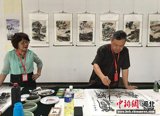台湾港澳台美术家协会主席李沃源现场创作。 霍瑾 摄