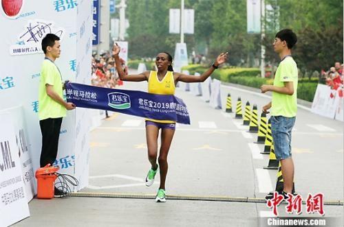 肯尼亚选手GladysJerono冲线瞬间。组委会供图
