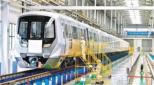 上图 在中车齐车集团石家庄公司地铁总装厂房内,工作人员正在调试地铁车辆。