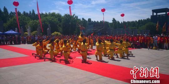 36名少年表演《长弓舞》。 张鹏翔 摄
