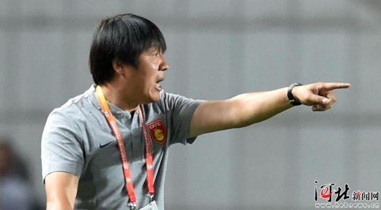 河北华夏幸福代理主教练谢峰在指挥比赛。(资料片) 记者耿辉摄