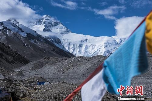 图为世界最高峰珠穆朗玛峰。中新社记者 何蓬磊 摄