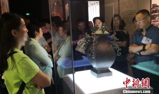 市民参观古中山国文物 俱凝搏摄 摄