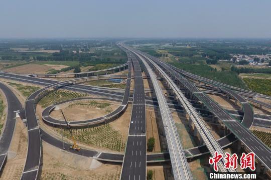 北京大�d���H�C�鲋匾�配套保障工程――北京大�d�C�龈咚俟�路和北京大�d�C�霰本�高速公路中段工程�⒂�2019年6月底建成,并具�渫ㄜ��l件。 中新社�者 崔楠 �z