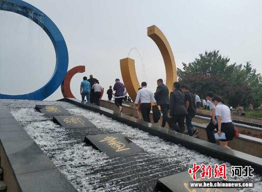 图为代表们参观迁西县文旅产业项目。 白云水 摄