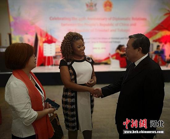 翟玉虎副厅长与特多文化部长多利交流。 河北省文化和旅游厅供图