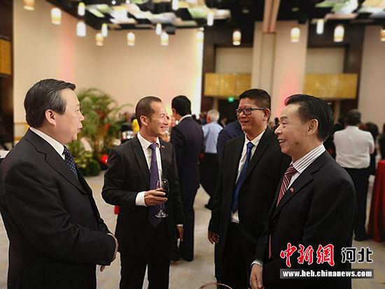 翟玉虎副厅长与特多华人华侨代表交流。 河北省文化和旅游厅供图