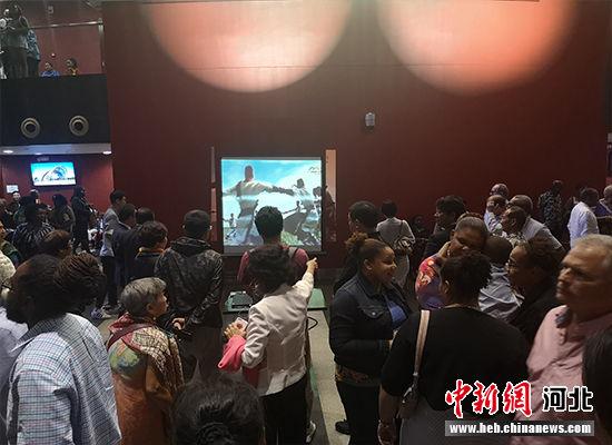 观众入场时观看河北省情和旅游宣传片。 河北省文化和旅游厅供图