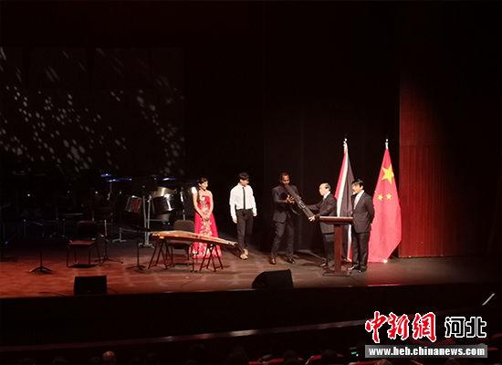 翟玉虎副厅长向特多文化部赠送中国民族乐器。 河北省文化和旅游厅供图