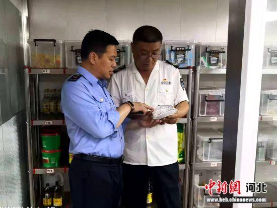 执法人员对餐饮单位餐饮具监督检查。 灵寿县市场监督管理局供图