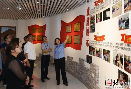 6月25日,在河北省强制隔离戒毒所戒毒教育展览室,工作人员为参观者讲解。