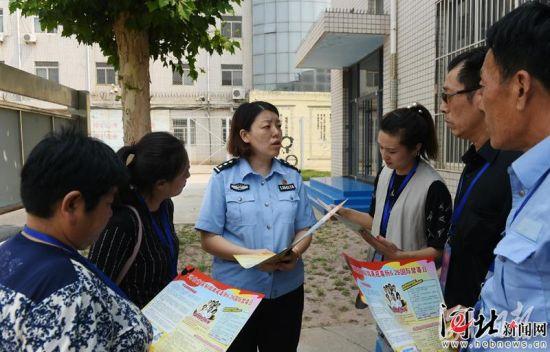 6月25日,在河北省强制隔离戒毒所,工作人员向参观者讲解戒毒知识。