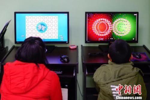 资料图:图为两名儿童检查视力。贺俊怡 摄