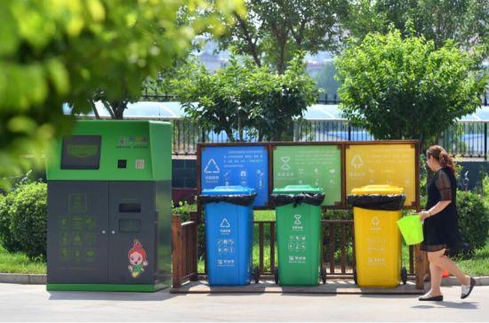 7月4日,石家庄市桥西区红旗街道紫东苑小区的居民将垃圾分类投放进垃圾箱。