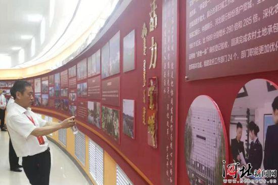 7月3日,宽城满族自治县成立30周年庆祝大会在会展中心举行。图为与会嘉宾参观成就展和产品展。 记者尉迟国利摄