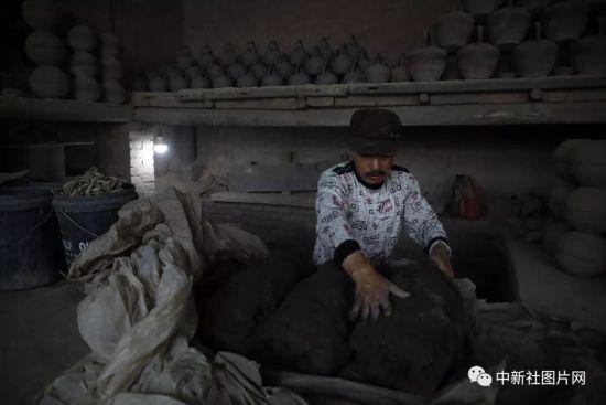 6月27日,河北省张家口市蔚县白河东村青砂烧制作坊,工匠在拉坯车间内工作。中新社记者 李国庆 摄
