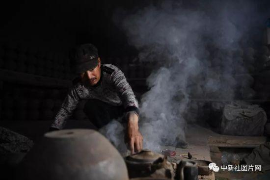 6月27日,工匠在拉坯车间内工作。中新社记者 韩苏原 摄