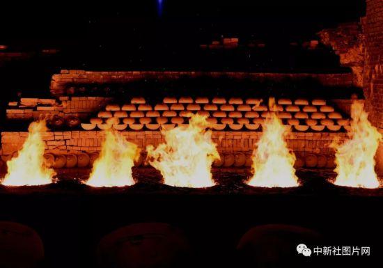 6月27日,河北省张家口蔚县青砂器作坊中的炉火。中新社记者 周毅 摄