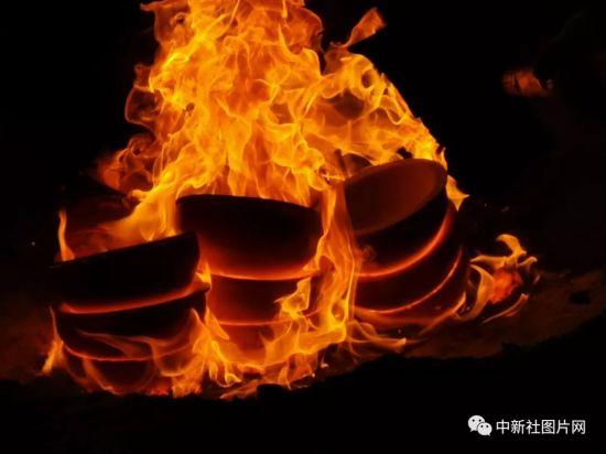 6月27日,河北省张家口蔚县青砂器作坊,青砂器正在被烧制。中新社记者 范英杰 摄
