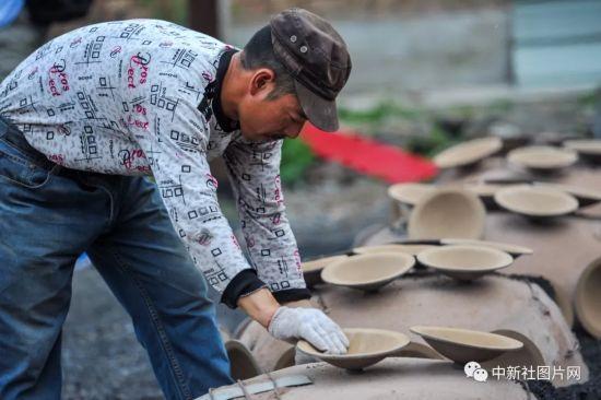 6月27日,在河北蔚县拍摄的青砂器烧制流程。中新社记者 于海洋 摄