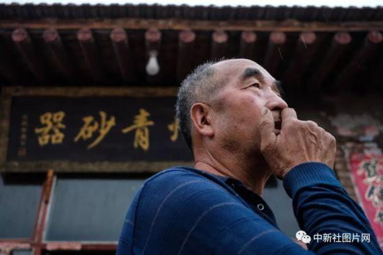 6月27日,青砂器烧制现场,河北蔚县青砂器第四代传承人王启杰。中新社记者 何蓬磊 摄