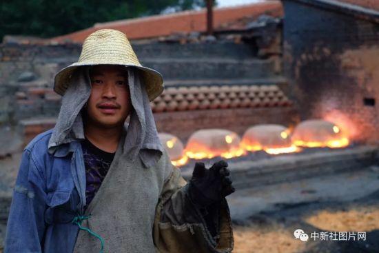 6月27日,青砂器烧制现场,河北蔚县青砂器第五代传承人王龙磊。中新社记者 俞靖 摄