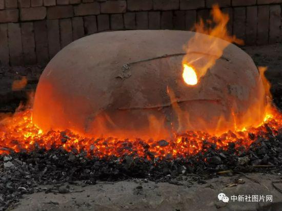 6月27日,河北省张家口蔚县青砂器烧制作坊的青砂器烧制火炉。中新社记者 范英杰 摄