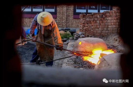 6月27日,河北省张家口市蔚县南留庄镇白河东村的工匠正在烧制蔚州青砂器。中新社记者 张畅 摄