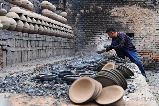 6月27日,河北省张家口市蔚县白河东村,王龙磊正在整理烧制的青砂器。中新社记者 杨艳敏 摄