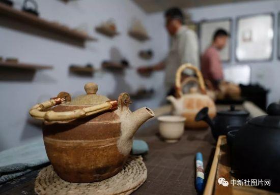 6月27日,游客在蔚州青砂器作坊内挑选青砂器。中新社记者 杜洋 摄