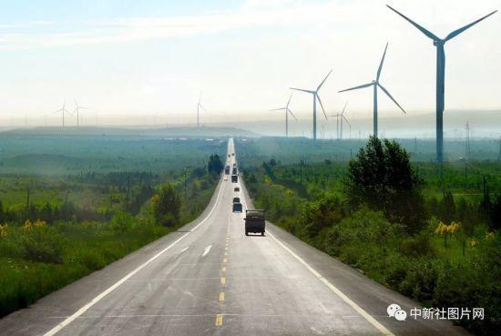 6月28日,草原天路上的车流往来如梭。中新社记者 姬东 摄