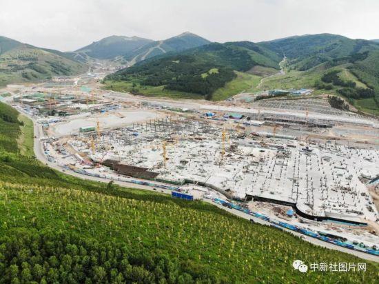 6月28日,崇礼太子城冰雪小镇项目基础设施建设工地内,工程建设如火如荼。中新社记者 张浪 摄