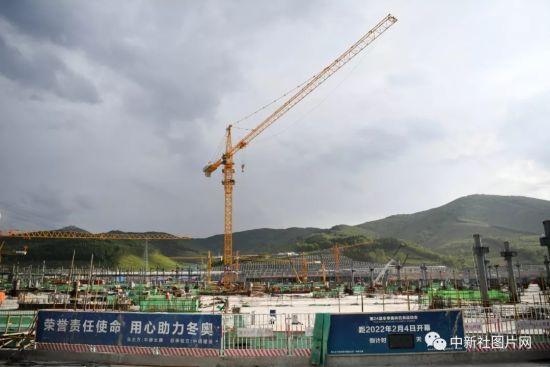 6月28日,崇礼太子城冰雪小镇项目基础设施建设工地内一片繁忙。中新社记者 张瑶 摄