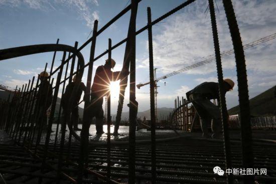6月28日,崇礼太子城冰雪小镇项目基础设施建设工地内,工作人员正在施工。中新社记者 张远 摄