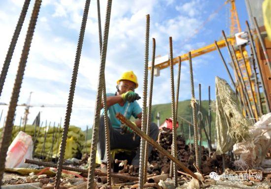 6月28日,崇礼太子城冰雪小镇项目基础设施建设工地内,工作人员正在施工。中新社记者 韩冰 摄