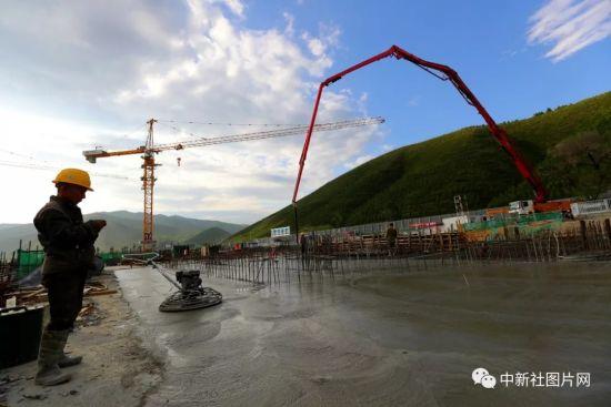 6月28日,崇礼太子城冰雪小镇项目基础设施建设工地内一片繁忙。中新社记者 张云 摄